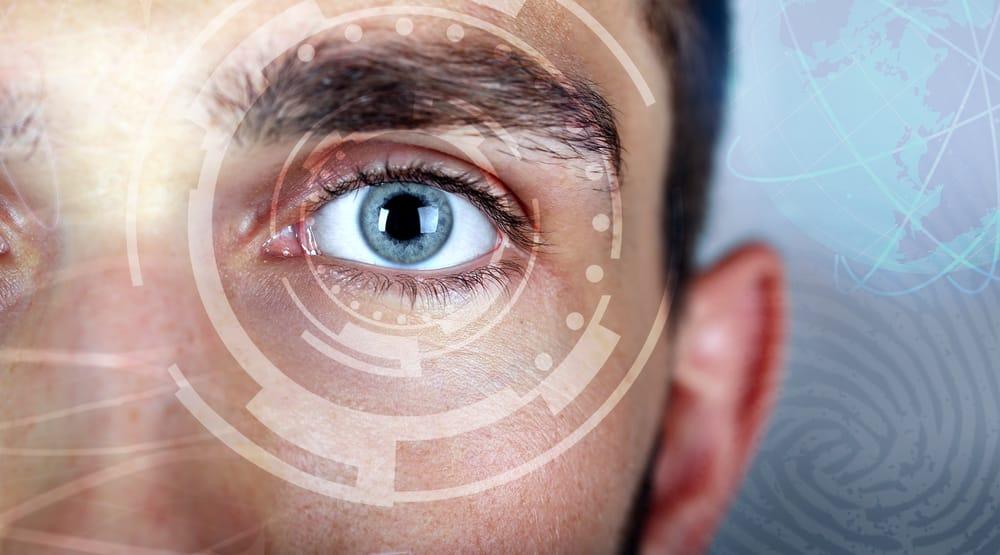 ojo humano siendo escaneado por un lector de retina