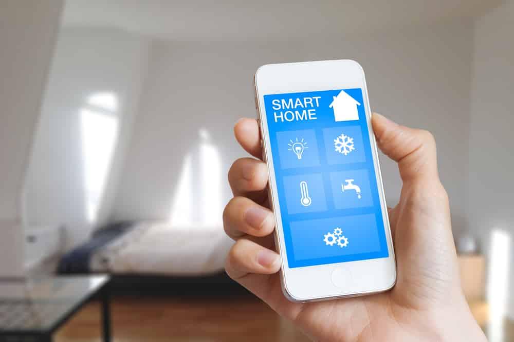 Persona utiliza el móvil para asegurar su hogar