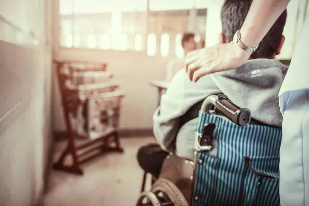 Persona de espaldas en silla de ruedas