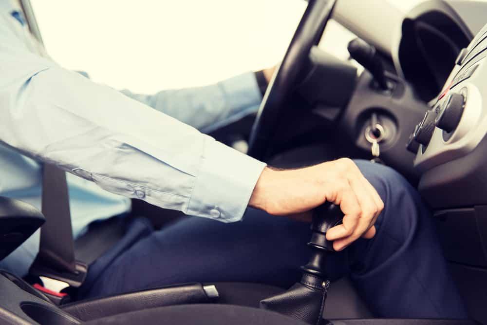 un hombre conduciendo un coche