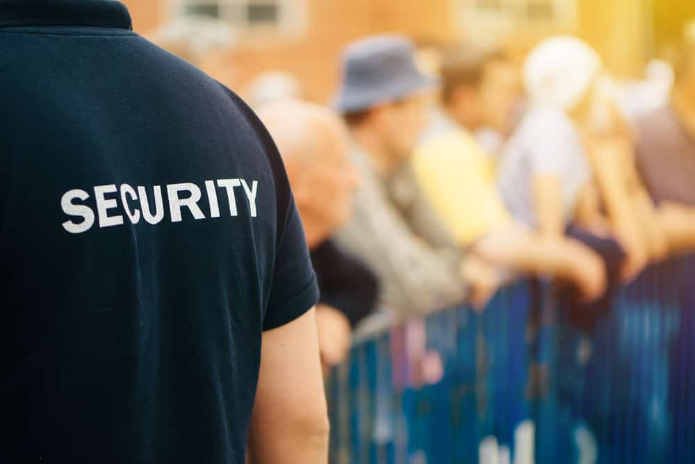 imagen de la espalda de un vigilante de seguridad en un evento