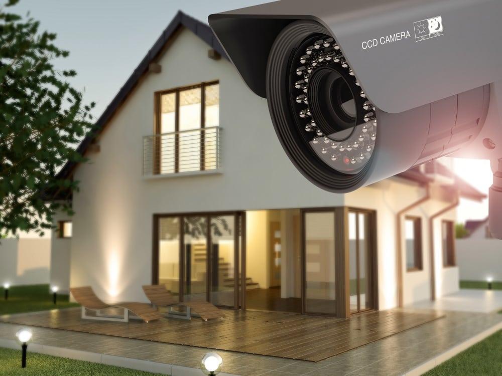 cámara de seguridad en frente a una casa